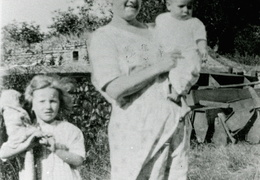 Laura Rowe with her daughters, Eva and Elsie about 1928