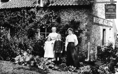 Susannah Linge outside the Crown Inn (back left) with Aunt Laura (Frank Linge's wife) and, possibly, their children Annie and Fred, c 1900