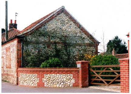 Barn used as a chapel by the Primitive Methodists up to 1892. Door and window blocked when it reverted to use by the landowner. Now garage of Southgate House.